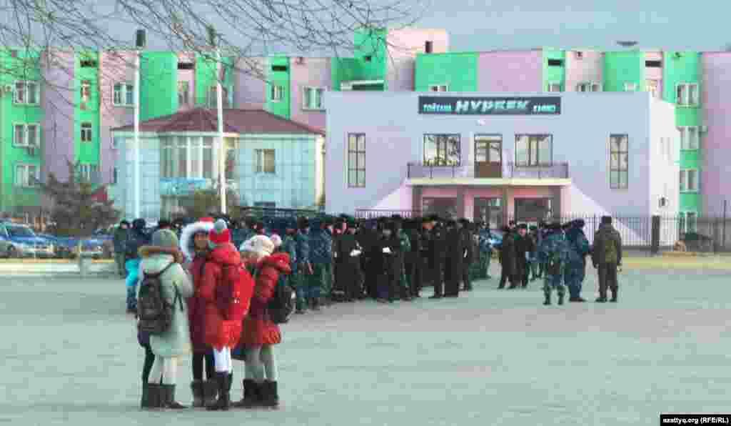 Дети и полицейские на центральной площади Жанаозена.