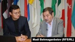 AzattyqLIVE хабарына қатысып отырған жазушы Тұрсын Жұртбай (оң жақта) және Азаттық тілшісі Руслан Ботайұлы. Астана, 4 шілде 2016 жыл.