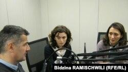 მარცხნიდან: რადიო თავისუფლების თანამშრომელი კობა ლიკლიკაძე, საერთაშორისო გამჭვირვალობა-საქართველოს უფროსი ანალიტიკოსი მარიამ გაბედავა და სგს-ს აღმასრულებელი დირექტორი ეკა გიგაური