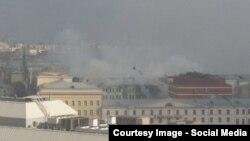 Обрушившаяся крыша горящего здания Минобороны на улице Знаменка в Москве. Фото: твиттер @Chizhaevna