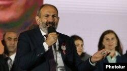 Никол Пашинян во время предвыборной агитации на выборах в Совет старейшин Еревана, сентябрь 2018 г․