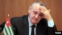 Абхазияның отставкаға кеткен президенті Александр Анкваб. Сухуми, 28 мамыр 2014 жыл.