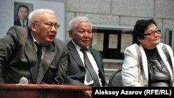 Куляим Жиренчина (справа), дочь казахского ученого Абдусагита Жиренчина, с братьями на вечере памяти отца. Алматы, 11 апреля 2014 года.