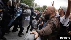 Избиратели против полицейких, Таррагона, 1 октября 2017