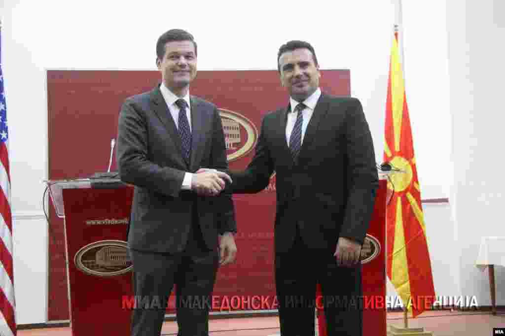 МАКЕДОНИЈА / САД - Американскиот помошник државен секретар за Европа и Евроазија Вес Мичел изјави дека САД продолжуваат да играат тивка улога во процесот на решавање на спорот за името меѓу Македонија и Грција.