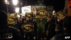 Участники акции против выступлений ПЕГИДЫ в Дрездене 22 декабря