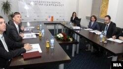 Амбасадорот на САД во Македонија Пол Волерс во посета на Македонската берза АД Скопје на 8 ноември 2011 година.