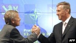 Генеральний секретар НАТО Яап де Гооп Схеффер і прем'єр-міністр Чехії Мірек Тополанек на прес-конференції з нагоди ювілею в Празі, 12 березня 2009 року