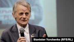 Mustafa Cemilev Mıkola Semena yazğan kitapnıñ prezentatsiyasında, Kyiv, 2017 senesi dekabr 21 künü