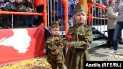 Казанда Җиңү парадына килгән хәрби киемле кечкенә балалар