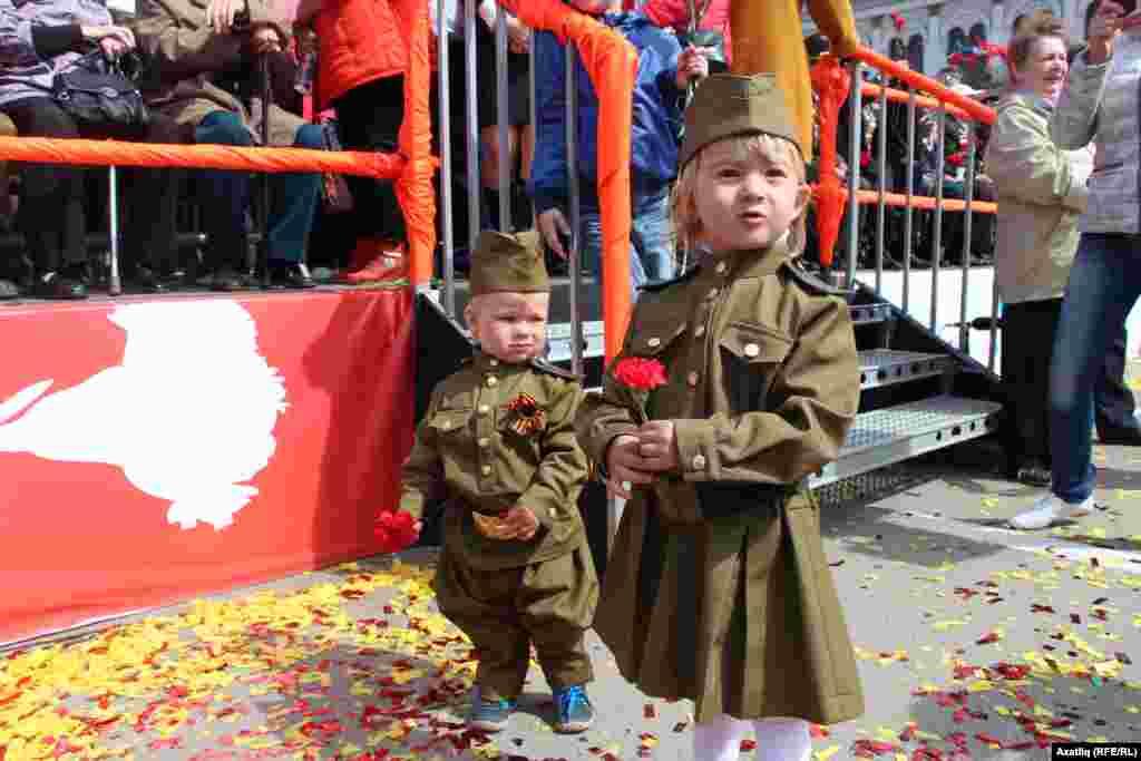 Җиңү парадына килгән хәрби киемле кечкенә балалар