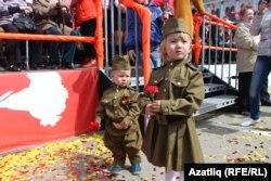 Казанда 9 май парадында хәрби киемдәге балалар