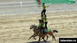 Туркменские конники-джигиты на одном из праздничных мероприятий. Ашгабат, 29 апреля 2012 года.