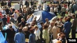 Дольщики снова возвращаются к активным протестным действиям (На фото: палаточный лагерь обманутых дольщиков перед домом правительства в Москве, 19 мая 2006 года)