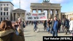 На снимке: Игорь Эйдман - участник демонстрации в Берлине.
