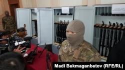 Арсенал оружия, показанный журналистам в КНБ. Оружие, как сообщили в КНБ, было изъято у «преступного сообщества» Тулешова. Астана, 11 июля 2016 года.