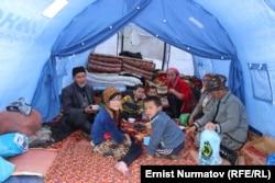 Уақытша шатырда тұрып жатқан Өзген тұрғындары. 2 мамыр 2017 жыл.