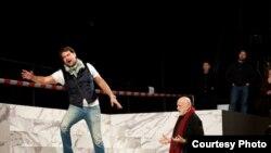 Режиссер Пьер Луиджи Пицци (оң жақта) репетиция кезінде. («Астана опера» театры баспасөз қызметінің фотосы).