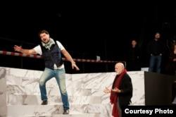 Итальянский оперный режиссер Пьер Луиджи Пицци (справа) на репетиции оперы «Атилла». Фото пресс-службы театра «Астана опера».