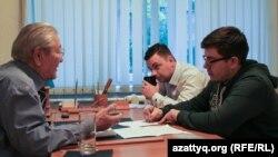 Политик и экономист Серикболсын Абдильдин с журналистами Вячеславом Половинко (на дальнем плане) и Петром Троценко. Алматы, 19 октября 2016 года.
