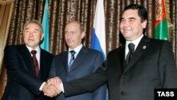 Türkmenistan. Prezidentler Nursoltan Nazarbaýew (Ç), Wladimir Putin (O) we Gurbanguly Berdimuhammedow 2007-nji ýylyň 12-nji maýynda Türkmenbaşyda duşuşdy.