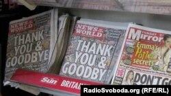 Фото останнього випуску закритої газети News of the World на розкладці у Лондоні