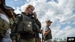 Украинские военнослужащие стоят в районе донецкого аэропорта. 19 августа 2015 года.
