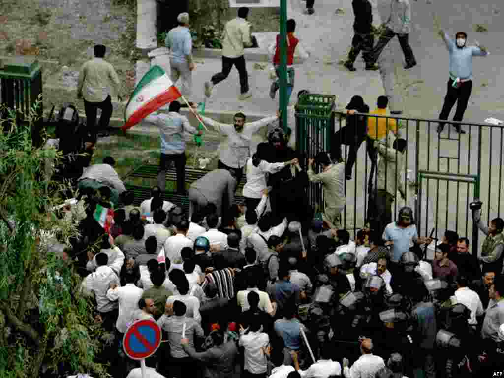Сторонники Ахмадинеджада штурмуют Тегеранский университет, где протестуют сторонники проигравшего президентские выборы Мир-Хосейна Мусави