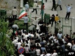رویارویی لباسشخصیها و دانشجویان در روزهای پس از انتخابات مناقشهبرانگیز خرداد ۸۸