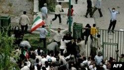 مهاجمان لباس شخصی در حال حمله به تجمع دانشجويان در دانشگاه تهران