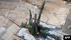 """Установка ракеты """"Союз"""" на взлетной площадке Байконура, Казахстан. 20 июля 2015 года."""