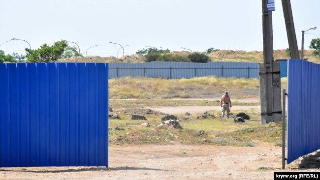 Пока работы в районе улицы Генерала Мельника не ведутся, по территории передвигаются отдельные строители