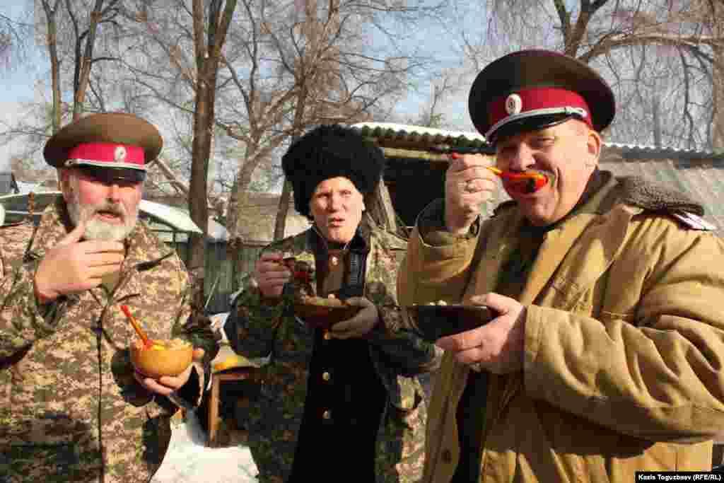 Казаки едят горячий плов.Алматы, 7 января 2013 года.