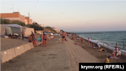 Городской пляж в Николаевке на западном побережье Крыма. 25 июля 2015 года.