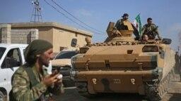 Militarii turci în apropierea orașului Tal Abyad, aflat în apropierea graniței dintre Siria și Turcia, 12 octombrie 2019