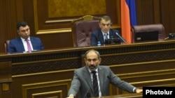 Премьер-министр Никол Пашинян в парламенте отвечает на вопросы депутатов, Ереван, 23 мая 2018 г.