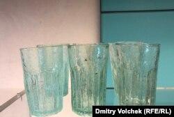 Пивные стаканы на разбитой полке