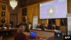 Зліва направо члени Нобелівського комітету з фізики: голова Матс Ларссон, генеральний секретар Ґоран Ганссон та професор Ульф Даніельсон під час оголошення імен лауреатів Нобелівської премії 2019 року