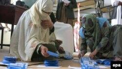 Kandahar vilayətindəki seçki komissiyası üzvləri bülletenləri sayır