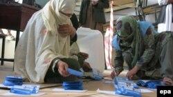 Ауғанстан Тәуелсіз сайлау комиссиясы қызметкерлері бюллетень санап отыр. Кабул, 5 сәуір 2014 жыл.