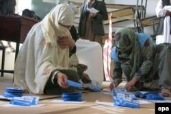 Сайлау комиссиясы қызметкерлері дауыс берген адамдардың бюллетеньдерін санап отыр. Ауғанстан, Кандагар, 5 сәуір 2014 жыл.
