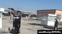 """Өзбекстанның Әндіжан қаласындағы ең ірі """"Жахон бозори"""" базары."""
