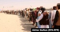 Афганцы переходят границу с Пакистаном. 20 сентября 2021 года