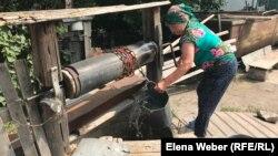 Жительница села Сарытобе Карагандинской области Мария Мусабаева набирает воду из скважины.
