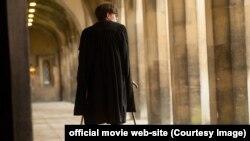 """Кадр из фильма """"Теория всего"""": Стивен Хокинг на начальных этапах БАС"""