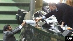 محمود احمدینژاد لایحه بودجه را به رئیس مجلس ارائه میکند