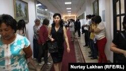 Родители некоторых абитуриентов стоят в коридоре ректората Казахского национального медицинского университета имени Асфендиярова. Алматы, 24 августа 2017 года.
