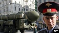 Ruski vojnik ispred rakete Topolj M spremne za paradu 9. maja