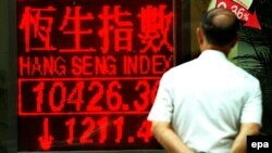خبرهای بازار سهام هنگ کنک، در کنار خیابانی در هنگ کنگ - عکس از AFP