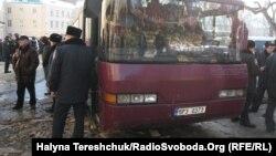 Автобус з невідомими людьми біля Львівської ОДА